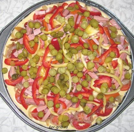 Кладём огурчики на грибную пиццу