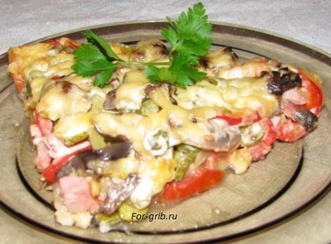 разрезаем домашнюю пиццу с грибами