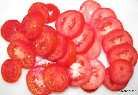 Режем помидоры для домашней пиццы с грибами